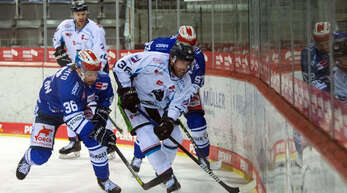 Das Kopf-an-Kopf-Rennen um den Einzug ins Playoff-Viertelfinale hauchdünn verloren: Schwenningens Top-Scorer Andreas Thuresson (links) im Zweikampf mit Straubings Brandon Gormley.