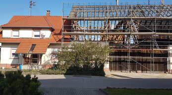 Die Scheune mit abgetragenem Dachgebälk: Im Hintergrund sind die zwei Kräne zu sehen für den neuen Bauboick direkt daneben.