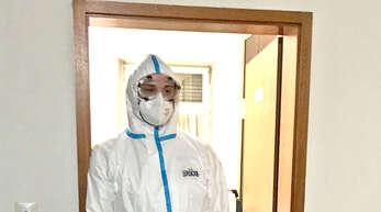 Mitglieder des DRK-Ortsvereins Steinach nehmen im kommunalen Testzentrum im alten Pfarrhaus die Corona-Schnelltests für Bürger vor.