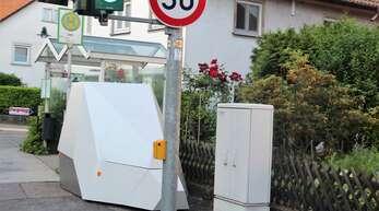 Ein mobiler Blitzer misst im Bereich der Fußgängerampel in der Oberkircher Straße in Ulm die Geschwindigkeit. Geht es nach den Anwohnern, sollte im Dorf ein dauerhaftes Gerät stehen, um der Raserei Herr zu werden.