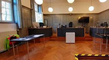 Der Platz des Angeklagten blieb leer: Ein Mann soll mit einem Messer bewaffnet ein Paar Sportschuhe geklaut haben. Dafür sollte er sich eigentlich vor dem Kehler Amtsgericht verantworten – erschien aber zum wiederholten Mal nicht zu Prozessbeginn.