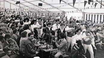 Viele auswärtige Vereine geben sich im Hanauerzelt ein Stelldichein, wie die Trachtenformation aus dem Elsass beim Einmarsch durch die Zuschauerreihen zur Festbühne.