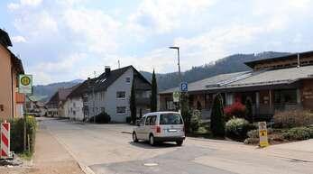 """In etwa beim Dach der Vereine (Foto) und beim Gasthaus """"Engel"""" soll es künftig in Fischerbach jeweils einen Zebrastreifen geben."""