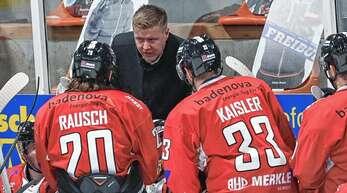 EHC-Coach Peter Russell schwört seine Spieler Maxim Rausch und Hagen Kaisler auf die Playoffs ein.