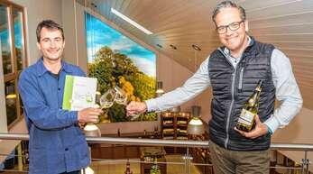 Freuen sich über das gute Abschneiden der Frühlings- und Sommerweine, insbesondere über die Traumbewertung für den Sauvignon Blanc aus dem Winzerkeller Hex vom Dasenstein, Kellermeister Thomas Hirth (links) und Geschäftsführender Vorstand Markus Ell.