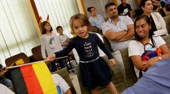 Der Ortenaukreis hat vor Corona jährliche Einbürgerungsfeiern veranstaltet. Das Bild stammt von einer solchen Feier im Landratsamt in Offenburg im Juli 2019.