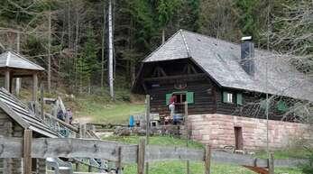 Die Vorstandsmitglieder des Schwarzwaldvereins haben im Auge, wie es rund um die Hütte am Kreuzsattel aussieht.
