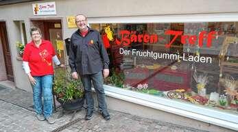 """""""Bärentreff""""-Inhaber Hans Wöhrle und seine Mitarbeiterin Cornelia Hildbrand starten den Abverkauf der Fruchtsaftgummibären, bevor der Laden endgültig zumacht."""