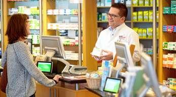 Einfach freundlich gut beraten: Apotheker Christian Brenner und sein Team nehmen sich Zeit für alle Anliegen ihrer Kunden.