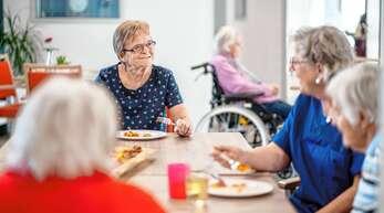 Pflege allein genügt nicht: Damit sich ältere Menschen wohlfühlen braucht es Zeit und Zuwendung.