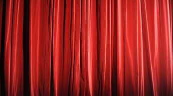 Der Vorhang bleibt in vielen Theatern zu. Wenn Künstler durch andere selbstständige Tätigkeiten ihr Auskommen sichern, verlieren sie aber ihren Krankenversicherungsschutz über die Künstlersozialkasse.