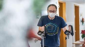 Folgen einer Coronainfektion: Der 52-jährige Erich Altmann kämpft sich nach einer Covid-19-Erkrankung und wochenlangem Koma in der Reha in sein früheres Leben zurück.