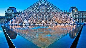 Die Glaspyramide im Innenhof des Louvre dient als Haupteingang für das Pariser Museum.