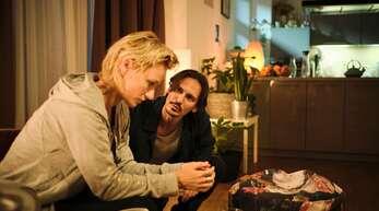 Falscher Freund: Caro (Lana Cooper) wird von Anton (Christopher Schärf) vergiftet.