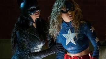 Brec Bassinger als Stargirl (links) und Yvette Monreal als Wildcat
