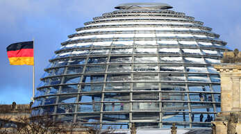 """""""Den Parteien"""" vertrauen laut einer Umfrage rund 80 Prozent der Deutschen nur noch wenig oder gar nicht mehr. Hier ist die Reichstagskuppel in Berlin zu sehen."""