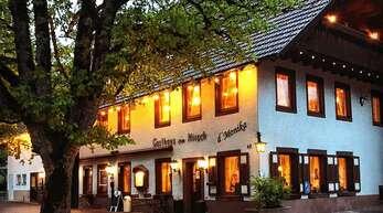 """Gastgeberleuchten: Auch das Einbacher Gasthaus """"Zum Hirsch"""" (""""Monika"""") beteiligte sich an der Aktion, um auf sich aufmerksam zu machen."""