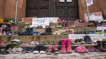Protest von Eltern gegen die erneute Schulschließung in einigen sächsischen Landkreisen.