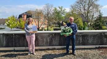 Ehrenamtskoordinatorin Sybille Wacker dankt Bernd Wagner für den engagierten Einsatz in der Diakonie Kork.