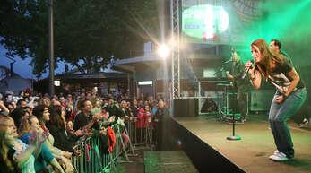 Auf Tuchfühlung mit den Fans: Präsentiert von der Kehler Zeitung zum Jubiläum, singen und spielen sich Christina Stürmer und ihre Band am Abend des Eröffnungstags 2014 in die Herzen der Messdi-Besucher.