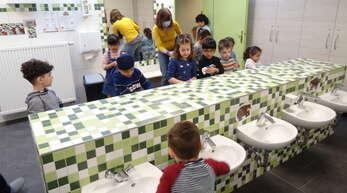Händewaschen vor dem Frühstück: In der Kita St. Bernhard ist das Hände waschen ein viel größerer Bestandteil des Tagesablaufs geworden - hier mit Erzieherin Esther König-Leblond.