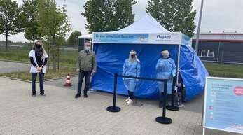 Bürgermeister Klaus Jehle ließ sich auch im zweiten Testzentrum testen (von links): Sarina Coels (Filialleitung), Klaus Jehle, Jacqueline Müller (Testerin) und Tanja Jäger (Testerin).