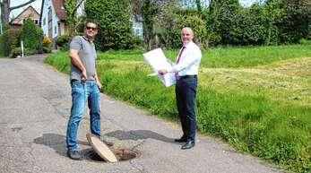 Hauptamtsleiter Bastian Knapp und Bürgermeister Thomas Krechtler zeigten, wo im Vorder-Winterbach die Vorsanierung des Lautenbacher Schmutzwasserkanals vorgenommen werden soll.