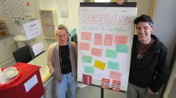 """Mit einer Plakataktion, vorgestellt von Praktikantin Gitte Lamade und Substituent Mark, beteiligt sich die Praxis für Suchtmedizin Kehl am bundesweiten """"Aktionstag der Substitution""""."""