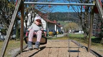 Maja Baumbach auf der Schaukel auf dem Buchenbach Spielplatz