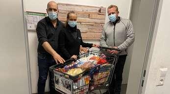 Daniel und Melanie Oberle vom Edeka-Markt Oberle in Willstätt spendeten dem in Urloffen gestrandeten Zauberer Aladin Rojan (rechts) einen ganzen Einkaufswagen mit Lebensmitteln.