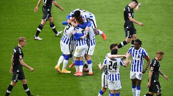 Die Hertha-Profis freuen sich über das 2:0 von Peter Pekarik (22.), während die Freiburger Spieler enttäuscht von dannen traben.