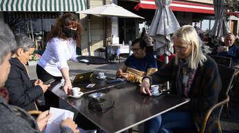 Wie hier in Nyon am Genfer See genießen es die Schweizer, sich im Café in der Sonne bedienen zu lassen.