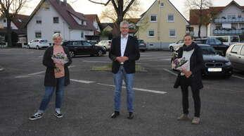 Ortsvorsteher Kurt Augustin begrüßte die neue Leiterin des Horts Melanie Sämann (links) und Anne Busam (rechts), die für die Jugendarbeit in Elgersweier zuständig ist.
