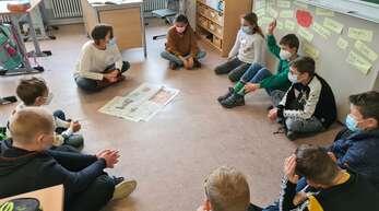 Unterricht mal anders: Die Zeitung erkunden die Viertklässler der Mörburgschule Schutterwald um Lehrerin Barbara Huber am liebsten auf dem Boden. Im Kreis versammelt durchforsten sie die Mittelbadische Presse auf der Suche nach Schlagzeilen, spannenden Nachrichten und an jenem Morgen nach dem Impressum, über das sie viel erfahren haben.