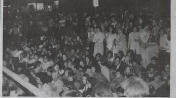 """Brechend voll war es beim """"Beat-Festival"""", als sechs lokale Bands beim ersten Messdi 1971 auf dem Parkplatz der Stadthalle bei einem Open-Air-Konzert mit Bandwettstreit auftraten – kritisch beäugt von der Polizei und manchen Bürgern."""