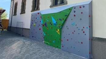Die Nordfassade der Korker Kirche schmückt nun eine 27 Quadratmeter große Kletterwand.
