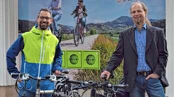 """Stephan Hielscher (links) und Christian Jakob haben die Initiative """"Oberkirch mobil"""" gegründet. Die bestehenden Mobilitätsangebote in der Stadt wollen sie durch neue Bausteine ergänzen und optimieren."""