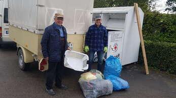 Die beiden ehrenamtlichen Helfer Gerhard Doll (links) und Franz Elble leeren in regelmäßigen Abständen die aufgestellten Altkleider-Container. Neben vielen brauchbaren Textilien finden sie auch viel Unrat und Müll in den Stahlboxen.