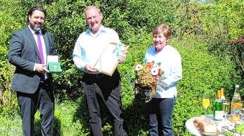 Bürgermeister Philipp Saar (links) überreichte Alois Krafczyk die Bürgermedaille der Stadt Haslach. Für Hildegard Krafczyk gab es einen Blumenstrauß.