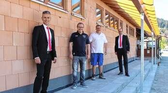 Joachim Sum (Zweiter von links) und Markus Merk (Zweiter von rechts) führten Carlo Carosi (links) und Martin Seidel über die FCF-Baustelle.