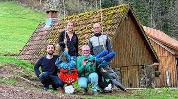 Felix und Maike Hauer (von links) wohnen mit Annette und Konrad Hauer sowie den beiden Pflegekindern unter einem Dach. Das junge Paar ist den Eltern beziehungsweise Schwiegereltern eine große Unterstützung bei der Betreuung der FASD-Kinder.
