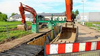 Mit schwerer Technik wird in ein neuer Regenwasserkanal – hier in der Gewerbestraße hinter der ASV-Halle – verlegt. Die gesamte Baumaßnahme dauert wohl bis Herbst 2022.