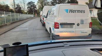 Man sieht, dass man nichts sieht: Regelmäßig versperren in der Kittersburger Straße Kleintransporter, die vor dem Beginn der Halteverbotszone geparkt werden, Autofahrern die Einsicht in den Kurvenbereich, sodass man den Gegenverkehr erst spät wahrnimmt.