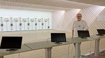 Oberkirchs Oberschützenmeister Georg Burgbacher vor der nagelneuen Luftdruckanlage, die aufgrund Lockdown leider nicht genutzt werden kann.