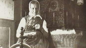 Wie diese Bäuerin war auch Barbara Hauer eine Meisterin im Wollespinnen.