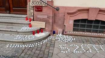 Kerzen am Eingang des Offenburger Rathauses:Die 520 steht für die Toten in der Ortenau, Stand Montag waren es 537 Tote.