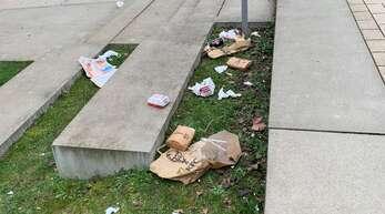 Die Schattenseiten von Essen to go: Auch in der Wilhelm-Bauer-Straße liegt immer wieder Müll.