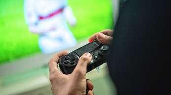 Mit Playstation 4 oder 5 wird online im K.o.-Modus Fußball gespielt.