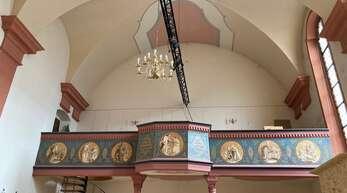 Die Stahltraverse an der Decke ist eine von vielen Veränderungen in der St. Andreas-Kirche.