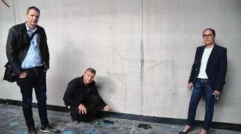 Architekt Stephan Wussler (von links), Dirk Weise (Leiter Technische Betriebe) und Biberachs Bürgermeisterin Daniela Paletta begutachten die Schäden im Kita-Rohbau.